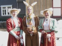 Der Osterhase mit zwei Damen