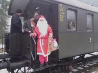 Weihnachtsmann kommt mit Dampfbahn