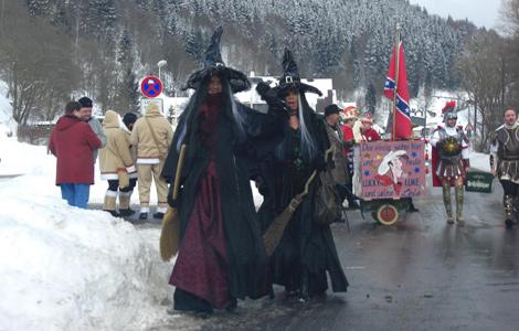 Zwei Hexen beim Faschingsumzug Katzhütte 2010