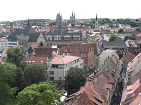 Blick auf die Krämerbrücke, im Hintergrund der Dom von Erfurt