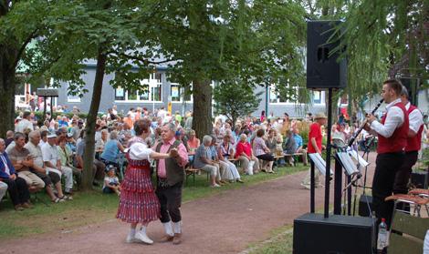 Bei munterer Volksmusik schingt ein Paar das Tanzbein