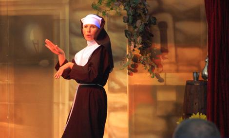 Die singende Priorin Barbara rockt die Bühne