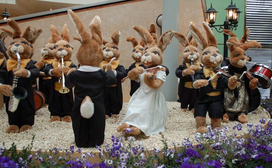 Osterhasen spielen im Orchester